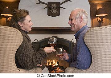 夫婦, 坐, 在, 客廳, 所作, 壁爐, 由于, 喝, 微笑