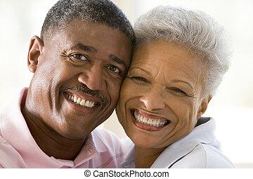 夫婦, 放松, 在室內, 以及, 微笑