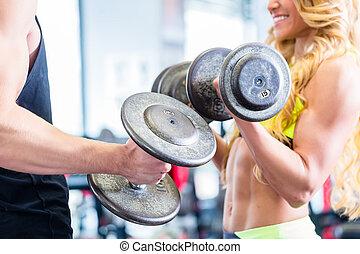 夫婦, 由于, dumbbells, 在, 運動, 在, 健身, 體操