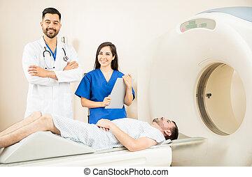 夫婦, ......的, 醫生, 使用, a, 貓掃描儀