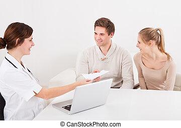 夫婦, 給, 信封, 到, 醫生