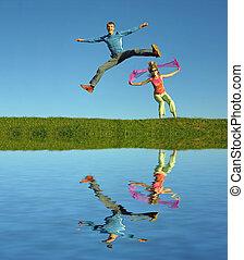 夫婦, 跳躍, 上, 草, 以及, 水