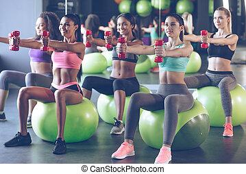 奉獻, 到, fitness., 年輕, 美麗的婦女, 在, 運動裝, 由于, 完美, 身体, 行使, 由于, dumbbells, 當時, 坐, 上, 健身, 球, 在, 體操