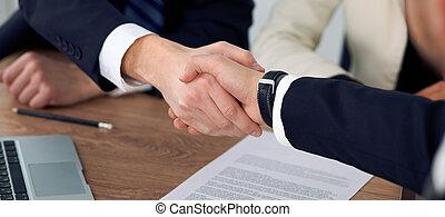 契約, ビジネス, オフィス。, 動揺, 人々, ∥あるいは∥, の上, 署名, 満足させられた, ミーティング, because, 手, パートナー, 終わり, 交渉