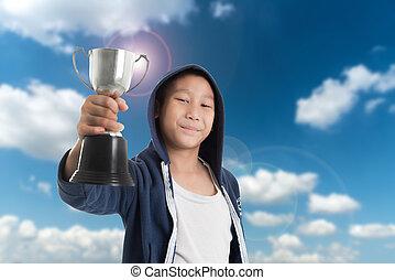 奖杯, 男孩, 很少, 角度, 天空, 对, 庆祝, 当时, 胜利, 握住, 察看, 低