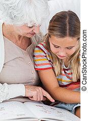 女の子, おばあさん, 読書