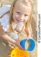 女の子, おもちゃで遊ぶ, 中に, 砂場