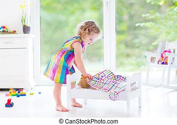 女の子, おもちゃ, よちよち歩きの子, 熊, 遊び