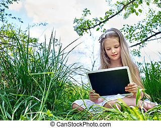 女の子, ∥で∥, タブレットの pc, 読まれた, 中に, 緑, grass.