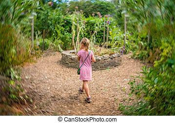 女の子, によって, 歩くこと, 庭