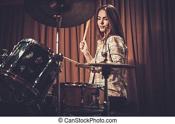 女の子, の後ろ, 若い, 朗らかである, ドラム, リハーサル