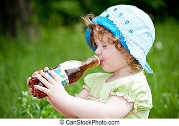 女の子, わずかしか, 飲むこと, 巻き毛