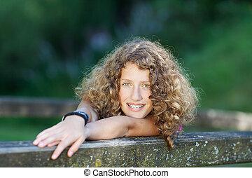 女の子, ティーンエージャーの, 笑い, 支柱