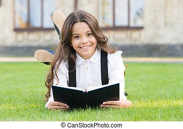 女の子, ユニフォーム, 概念, 勉強, 小さい, reading., outdoors., 本, book., 学びなさい, 読書, 子供, education., お気に入り, かわいい, 芝生, 学校, 愛らしい, extracurricular, 卵を生む, わずかしか, 女生徒, 基本