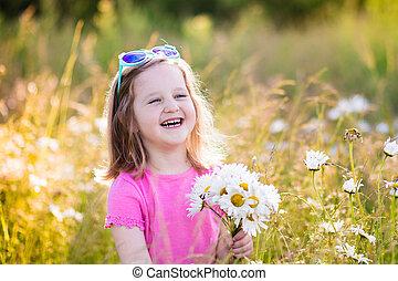 女の子, 中に, デイジー, 花, フィールド