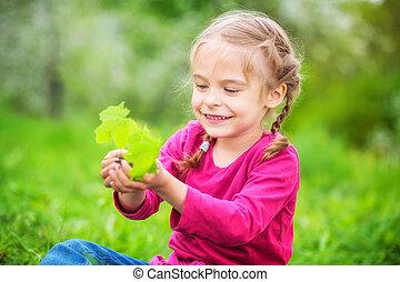 女の子, 保有物, わずかしか, 緑のプラント, 中に, 彼女, 手