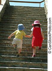 女の子, 助力, 小さい, 男の子, 階段の上で