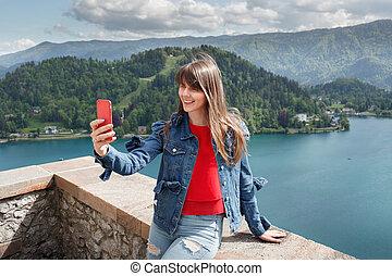 女の子, 取得, selfie, から, 城, 山の上, ∥で∥, 谷, 光景, そして, 湖, 上に, ∥, 背景