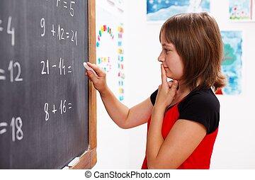 女の子, 地位, の前, 黒板, そして, 考え