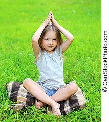 女の子, 子供, 芝生に, する, ヨガ, 練習, 屋外で