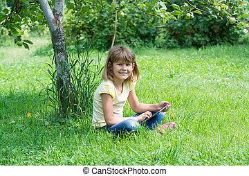 女の子, 庭で, ∥で∥, ∥, タブレット