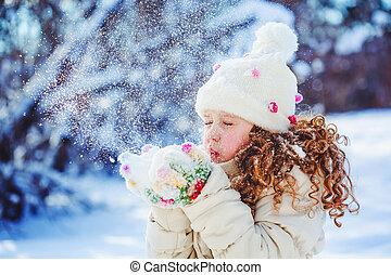 女の子, 打撃, 雪, ∥で∥, ミトン, 上に, a, 雪片, bokeh, バックグラウンド。