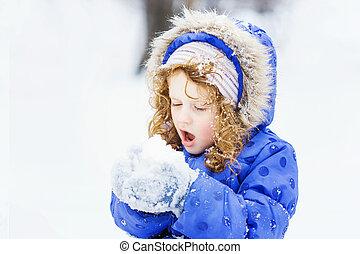 女の子, 打撃, 雪, ∥で∥, ミトン, 上に, a, 雪片, bokeh, backg
