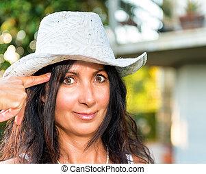 女の子, 打撃。, 頭, 指, 帽子, 微笑, 提示, 銃, 保持
