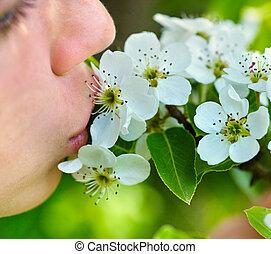 女の子, 接吻, 花, 上に, 木。