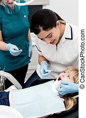 女の子, 検査される, によって, 歯科医