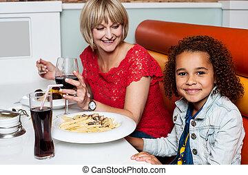 女の子, 楽しむ, 夕食, ∥で∥, 彼女, お母さん