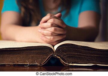 女の子, 祈ること, 聖書, 開いた