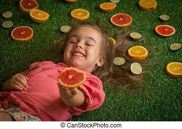 女の子, 芝生の上に横たわる, ∥で∥, 分散させる, フルーツ