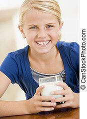 女の子, 若い, ミルク, 屋内, 微笑, 飲むこと