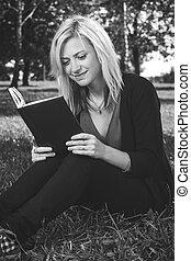 女の子, 草, 本, 学習者が読む