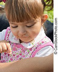 女の子, 見る, ∥で∥, 興味, 上に, ∥, 蟻