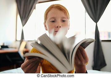 女の子, 見る, 本, 若い, redhead, 勉強, によって