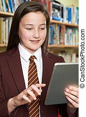 女の子, 身に着けていること, 学校ユニフォーム, 使うこと, デジタルタブレット, 中に, 図書館