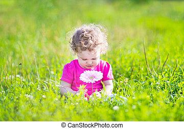 女の子, 遊び, ∥で∥, a, 大きい, ピンクの花, 庭で