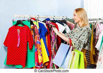 女の子, 選択, 衣服, 掛かること, 続けて