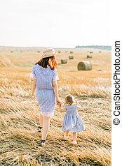 女の子, 青, 身に着けていること, しまのある, 背中, 干し草, 2, 保有物, フィールド, 年, 肖像画, ベール, 光景, 幸せ, 服, わずかしか, 歩くこと, 母, 日, 古い, 手, バックグラウンド。, 夏, 日当たりが良い, 小麦, 類似した