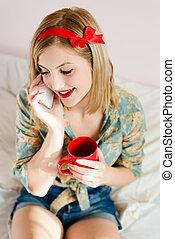 女の子, 飲みなさい, ブロンド, 暑い, 若い, &, 携帯電話, カップ, 口紅, 女, 赤, 美しい, 可動装置を握ること, pinup