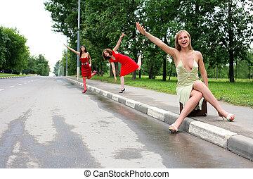 女の子, 2, 座りなさい, スーツケース, 道, 彼女, 型, 友人, 作りなさい, ヒッチハイク