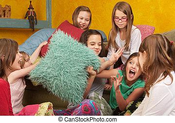 女の子, pillowfighting