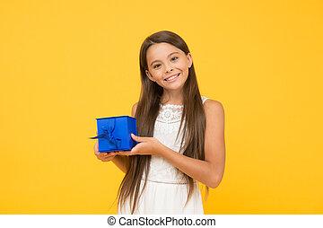 女の子, sales., わずかしか, childhood., 日, concept., 休日, 幸せ, 長い間, birthday, 子供, 小さい, 朗らかである, present., 把握, バックグラウンド。, ボクシング, awaited, 贈り物, box., 驚き, 黄色, 買い物, 美しさ