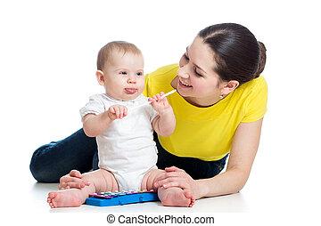 女の子, toy., 隔離された, 持つこと, 赤ん坊, 背景, 母, 楽しみ, 白, ミュージカル