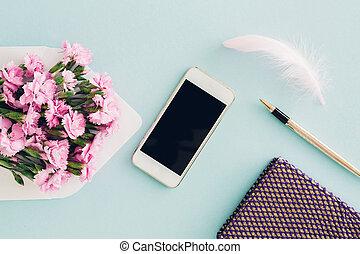 女らしい, 平ら, 位置, 上に, 青い背景, 平面図, の, 女性, デスクトップ, ∥で∥, 封筒, 花, ペン,...