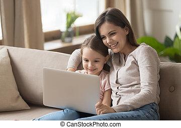 女儿, 观看电影, 笔记本电脑, 坐, 睡椅, 妈妈
