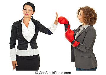 女商人, 拒絕, 戰鬥