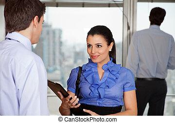 女商人, 由于, 她, 同事